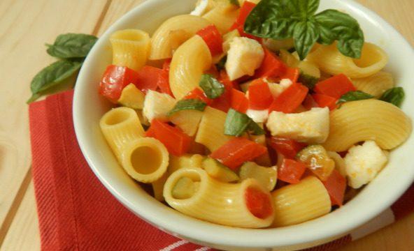Insalata di pasta con verdure e mozzarella