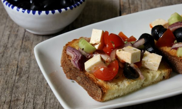 Bruschette con insalata greca-piatto freddo