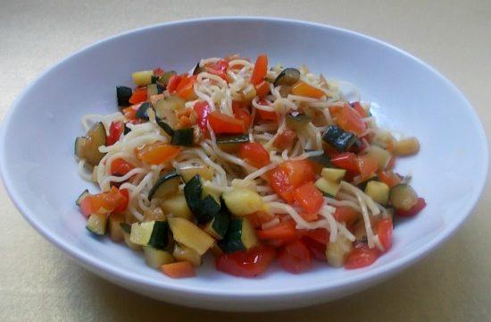 Noodles con verdure e salsa di soia