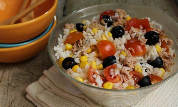 Insalata di riso con tonno e pomodorini