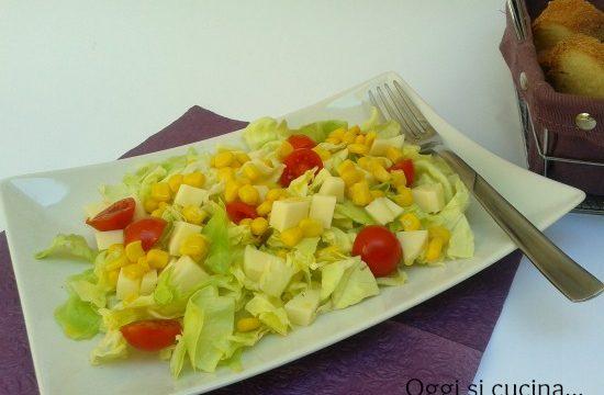Insalata verde con mais pomodorini e asiago