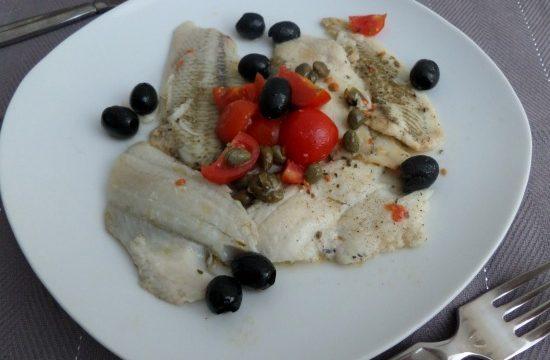 Pesce persico con olive e pomodorini