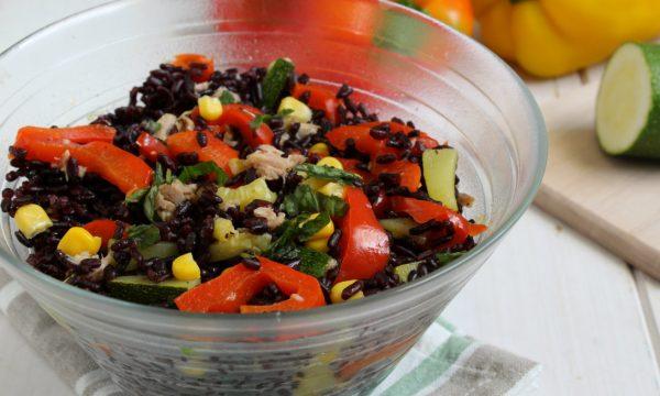 Insalata di riso venere con tonno e verdure