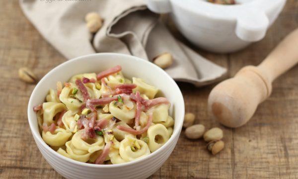Tortellini cremosi con speck e pistacchi