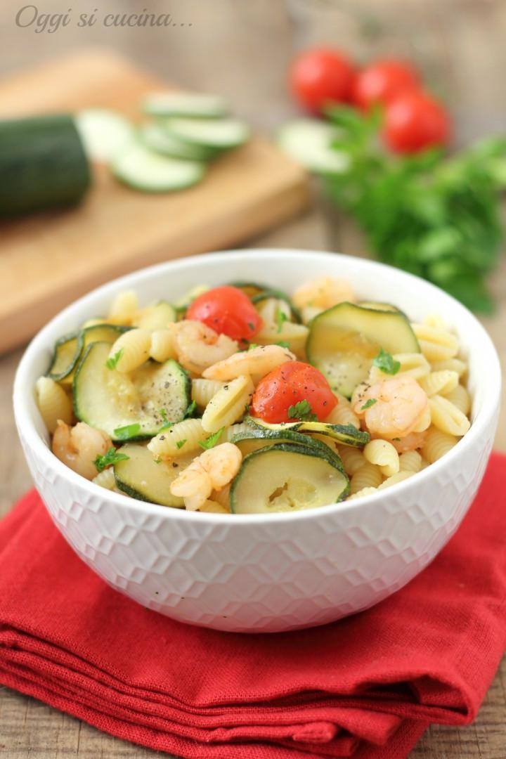 Pasta con zucchine gamberetti e pomodorini