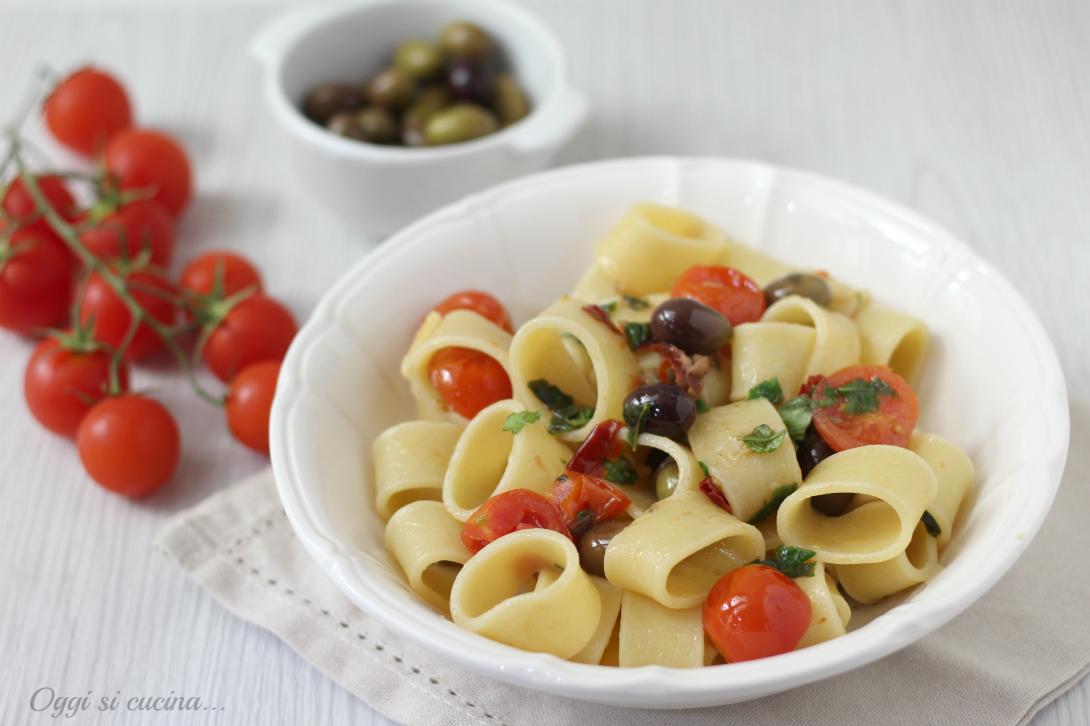 Pasta con acciughe capperi e olive
