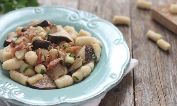 Gnocchi di patate con funghi e speck