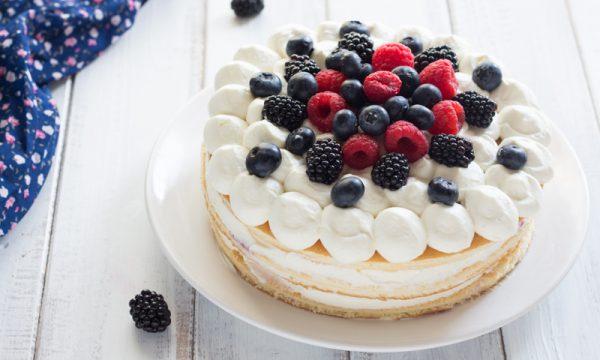 Torta margherita con mousse allo yogurt e frutti di bosco