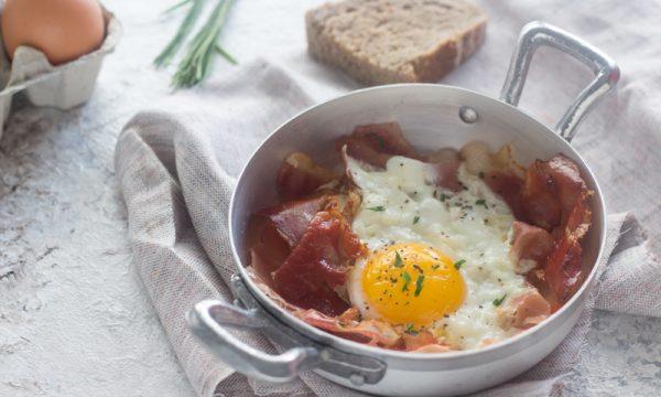 Uova e speck in padella
