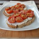 Bruschette al forno con pomodoro e ricotta salata