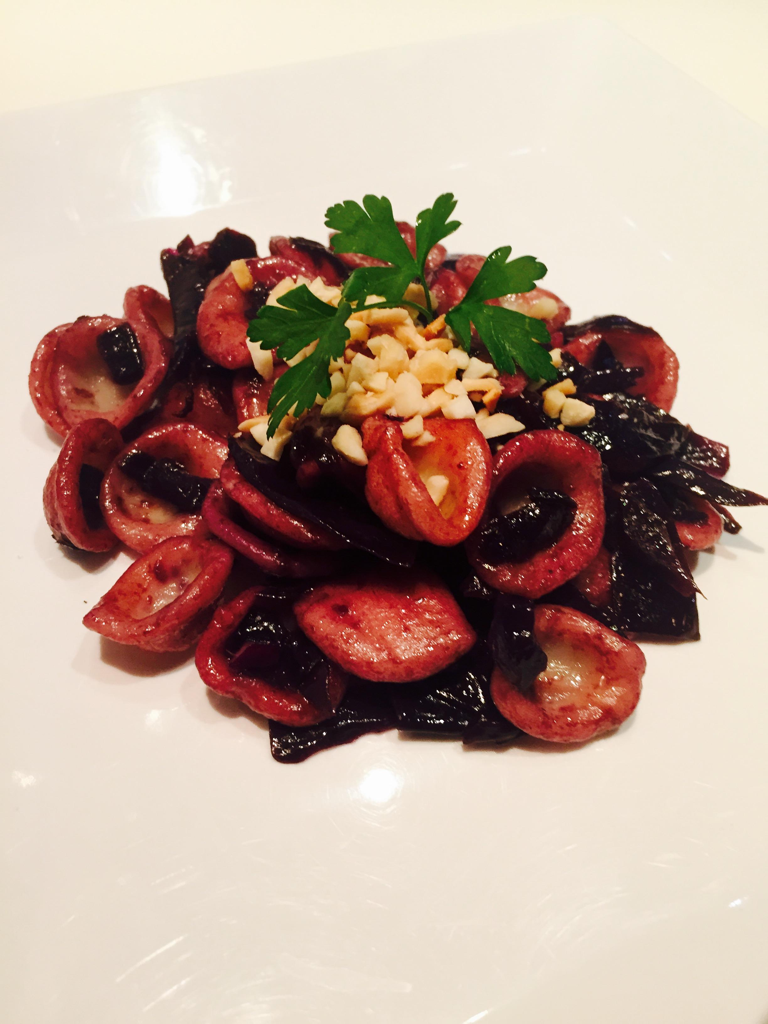 Orecchiette con cavolo rosso e mandorle tostate