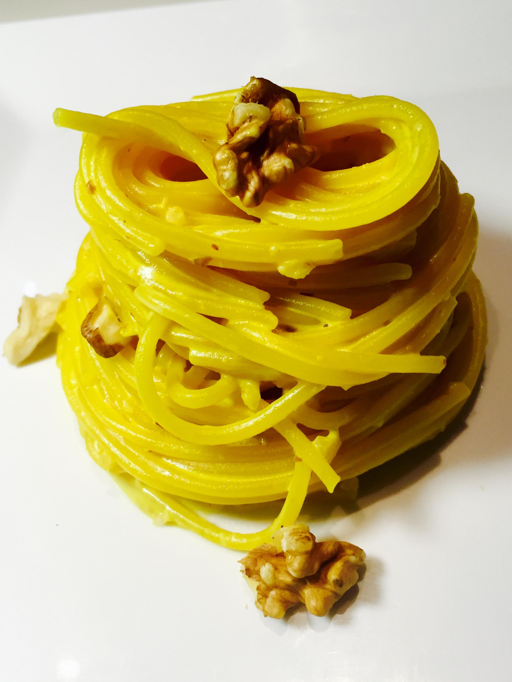 Spaghetti con crema di robiola allo zafferano e noci