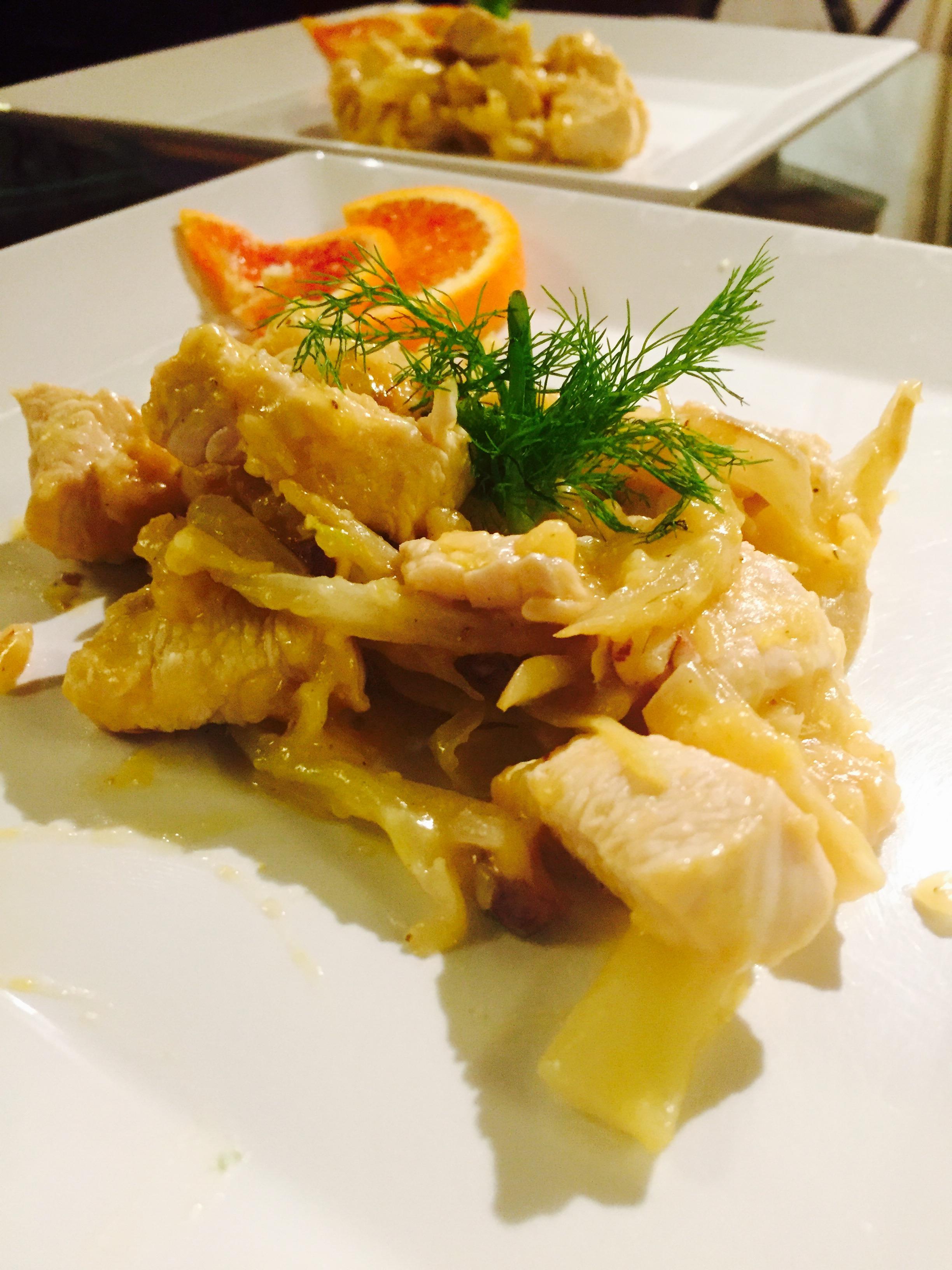 Bocconcini di pollo con  finocchi salsa di arance e mandorle croccanti