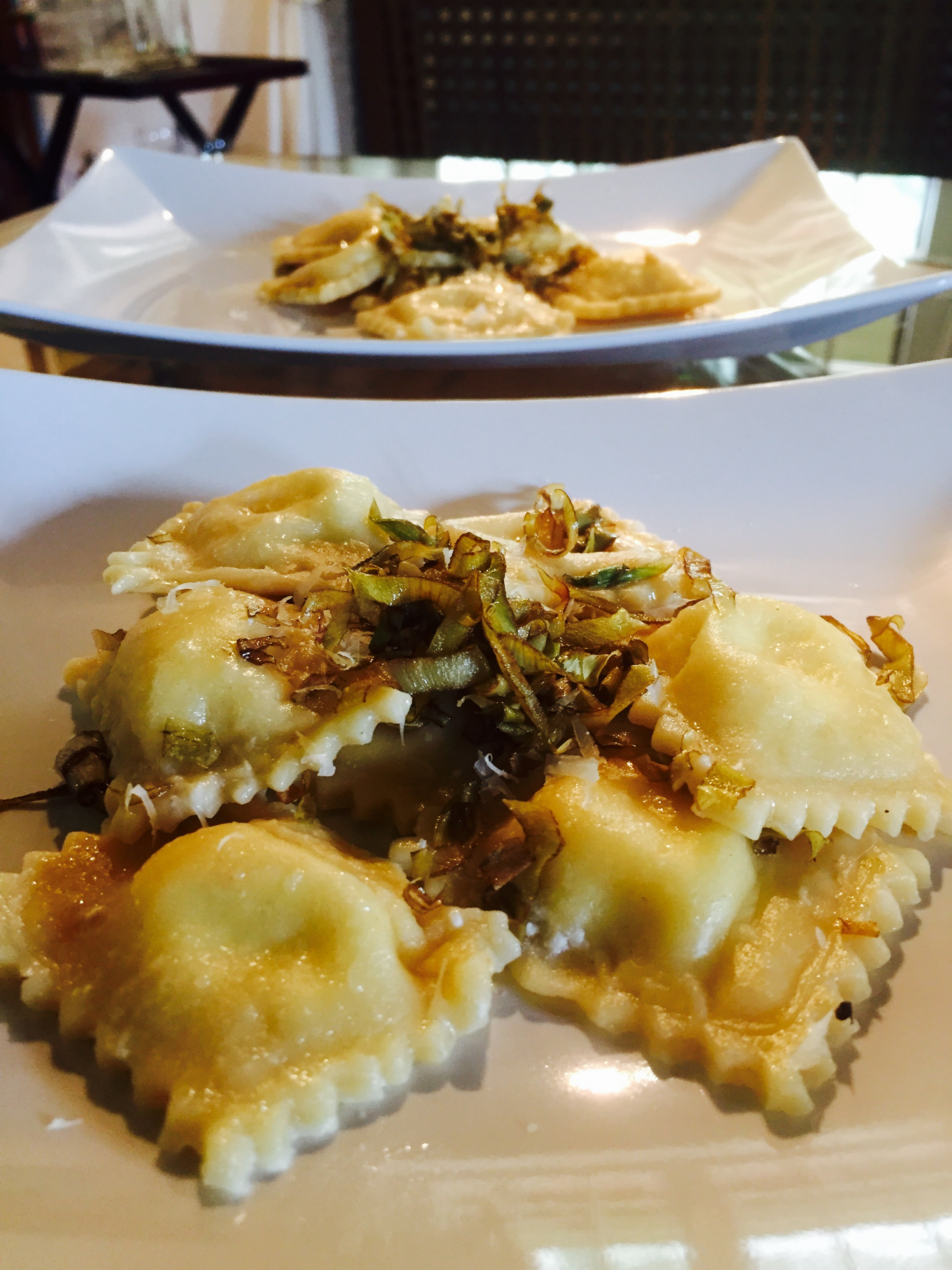 Ravioli ripieni di caprino e limone con carciofi croccanti
