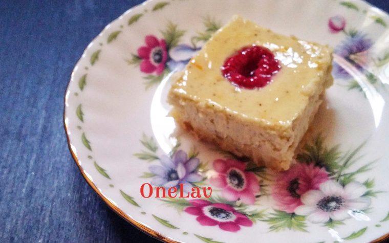 Un semplice e fantastico dolce fragante con crema di ricotta