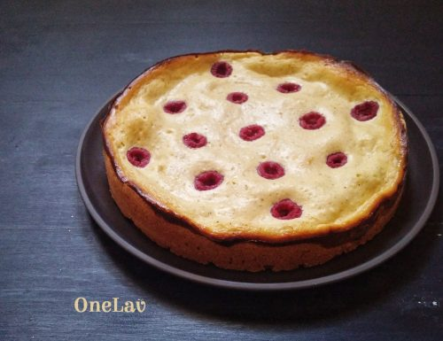 Una semplice e fragrante torta con crema di ricotta