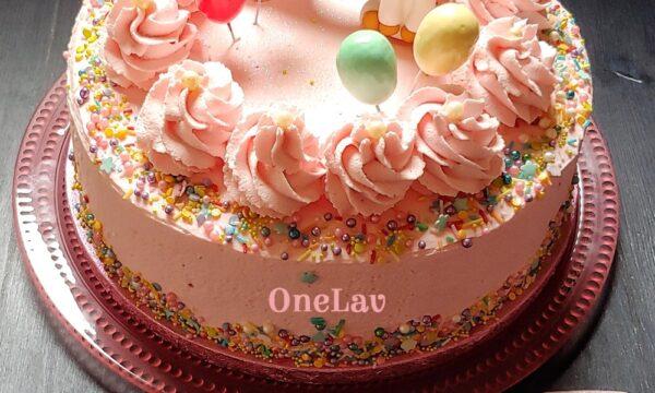 Una classica torta di compleanno con la crema