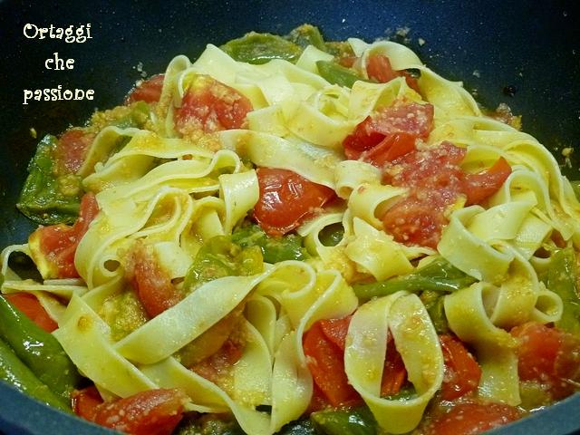 Tagliatelle con friggitelli e pomodori pasta con peperoni for Cucinare friggitelli