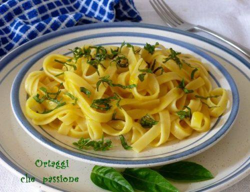 Tagliatelle con salsa di peperoni e basilico