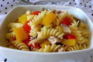 Insalata di pasta con sgombro e verdure