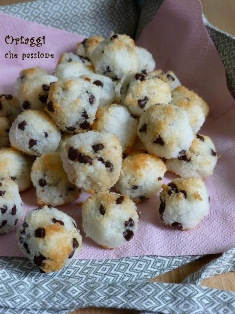 biscotti al cocco, albume, ricetta con cioccolato Ortaggi che passione by Sara