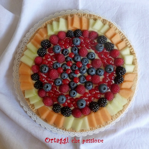 ricetta crostata di frutta con frutti di bosco e melone - foto quadrata