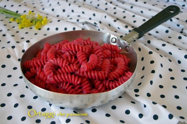 Fusilli rosa fucsia, ricetta salsa con barbabietola