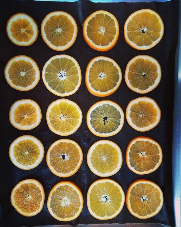 arance essiccate, solo tagliate prima di mettere in forno
