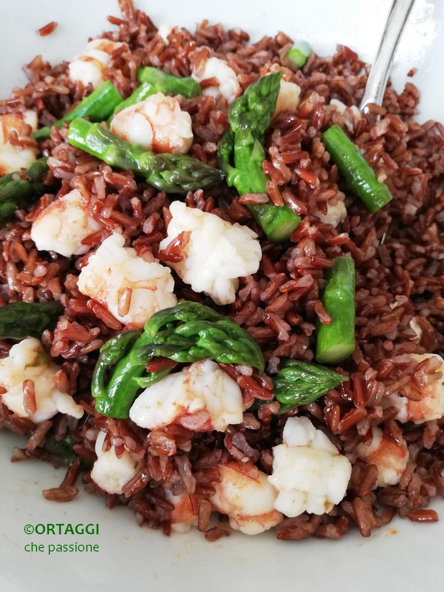 riso rosso con pesce - gamberi e asparagi