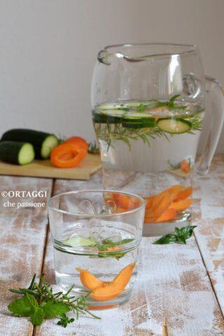 acqua con cetriolo aromatizzata al rosmarino e frutta