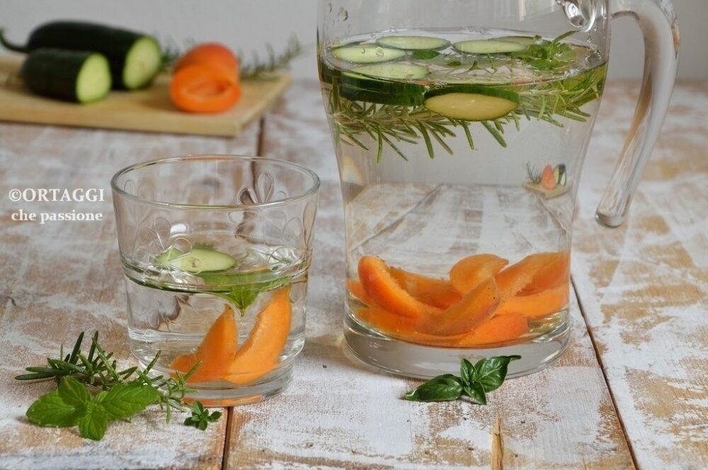 acqua con cetriolo aromatizzata rosmarino e albicocche