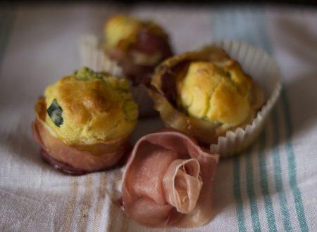 Muffin salati alle zucchine, peperoni e speck
