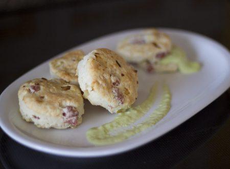 Scones di pancetta e cipolle con crema di fave