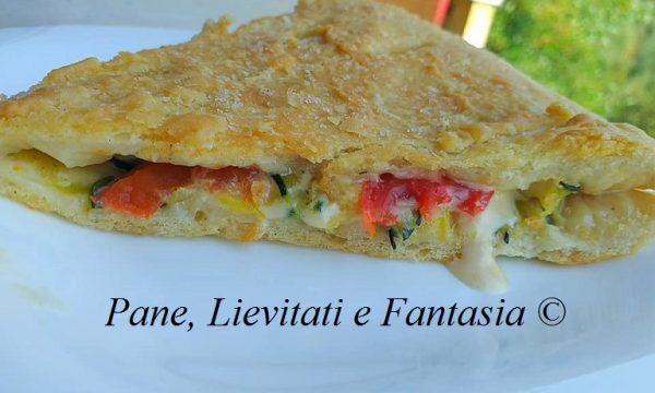 Pizza con zucchine mozzarella e pomodoro