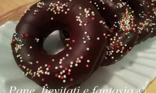 Ciambelle fritte con glassa al cioccolato