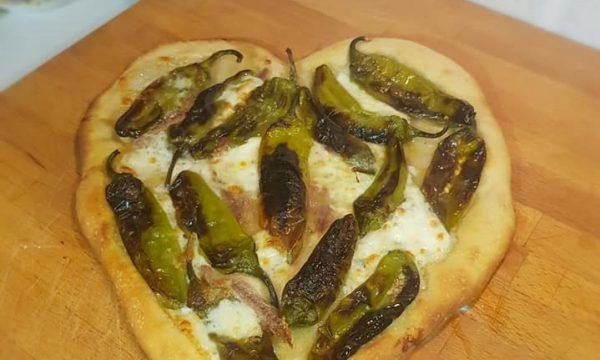 """Pizza """"cuore"""" con friggitelli e bufala"""