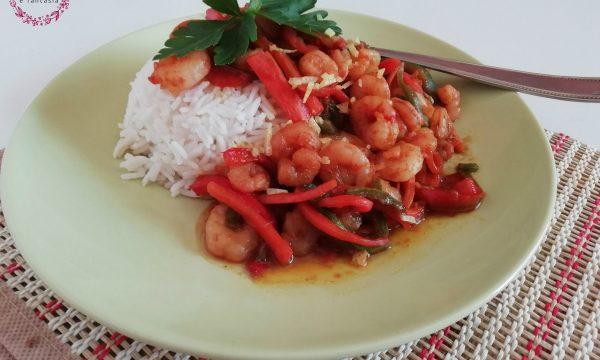 Gamberi e verdure al curry con riso pilaf