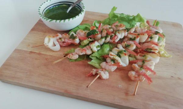Spiedini di pesce con salsa al prezzemolo