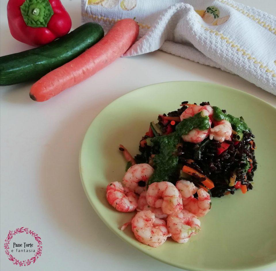 riso venere con verdure e gamberi