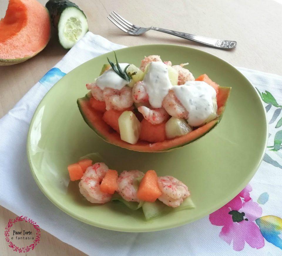 Barchette di melone, gamberi e cetrioli con salsa di yogurt alla menta