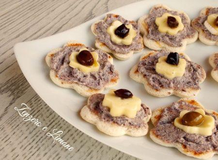 Crostini brie e olive nere