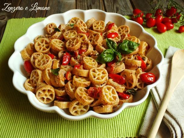 pasta fredda con pomodorini e paté olive