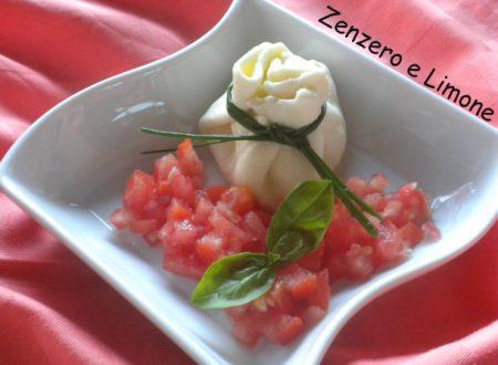 Fagottino di mozzarella con ripieno di pomodori