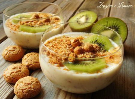 Coppa allo yogurt con kiwi e amaretti