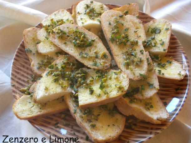 fette di pane con trito aromatico