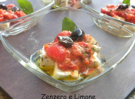 Antipasto monoporzione con feta e pomodoro fresco