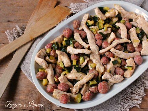 Straccetti di petto di pollo con salsiccia e zucchine