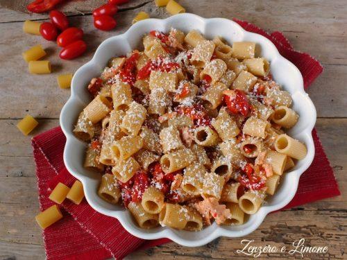 Mezze maniche con peperoni pomodorini e salmone