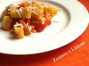 Mezze maniche con peperoni, pomodorini e salmone
