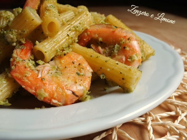 pasta gamberi pesto broccoli